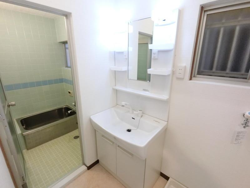 洗面脱衣所:快適なシャワー付洗面台に新調しました