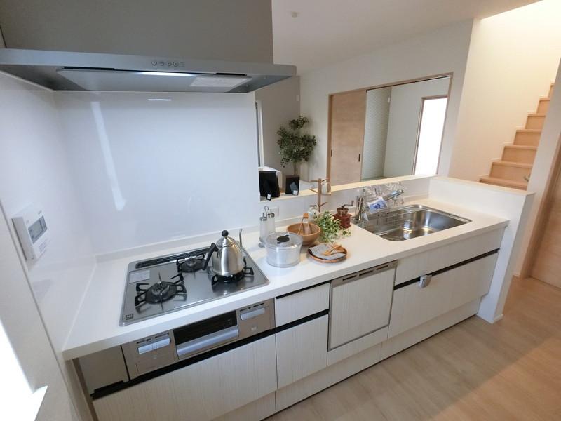 キッチンには、嬉しい食洗機付き。冬場も安心です