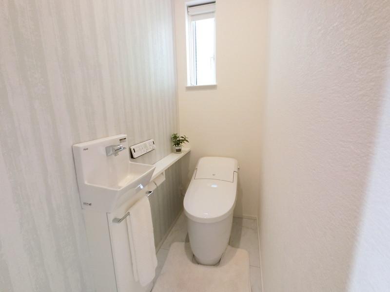 トイレには手洗い場と収納があり嬉しいですね
