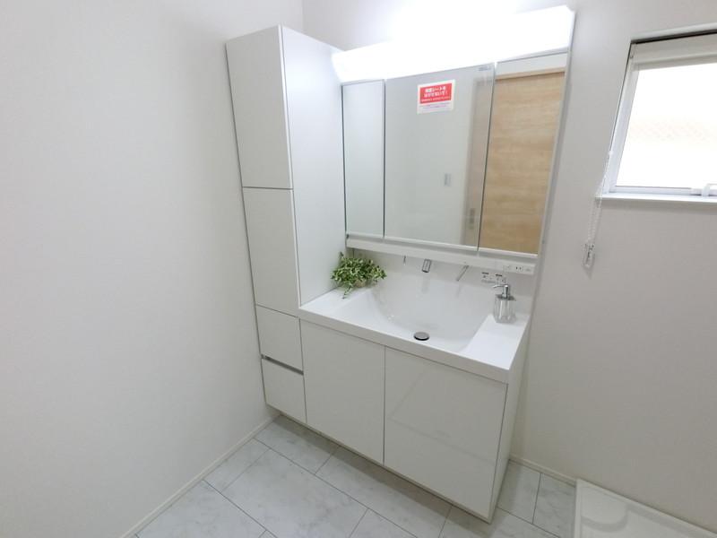 3面鏡洗面台横には、収納があるので便利ですね