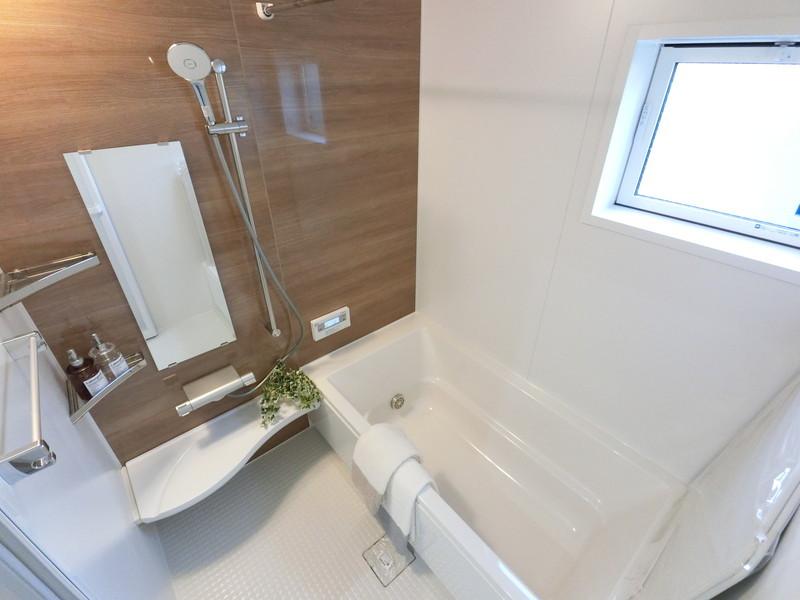 浴室には、窓があり紐をひっぱると網戸が出てきて空気の入れ替えも簡単に