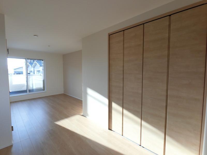 2階洋室、扉をつければ6帖が二部屋に扉を取れば広々12帖に