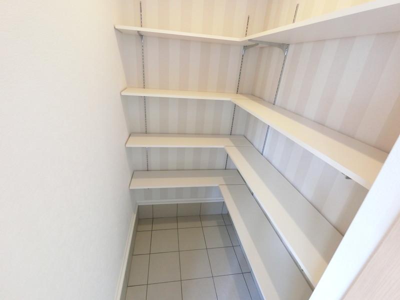 玄関横のシューズクロークは広々、靴だけで無く、収納力ばっちりです