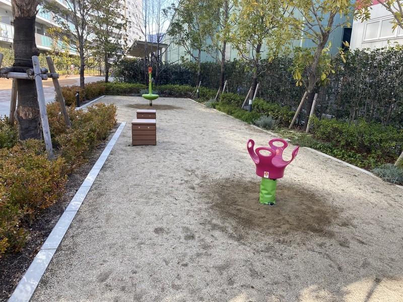 敷地内のミニミニ公園。公園デビューはまずここから。ママ友にも出会えますよ