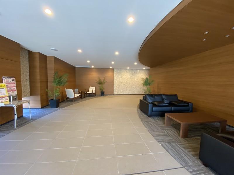 エントランスは豪華な造り。居住者もお客様も暖かく出迎えてくれます