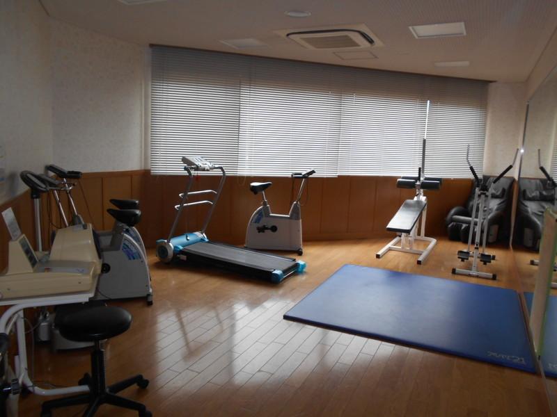 フィットネスルーム(有料)がありますよ。お仕事から帰ってきてマンション内でトレーニング出来ますね。