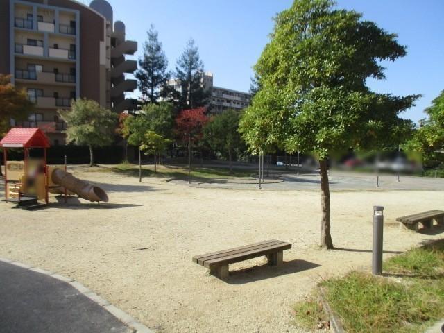 マンション敷地内に広場があります お子様も安心して遊べますね