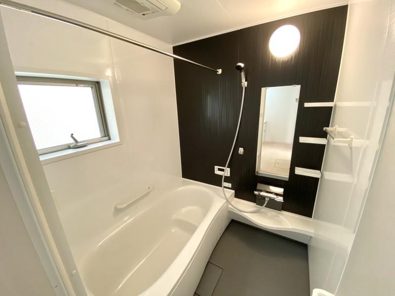 半身浴もできるベンチバスタイプの浴槽です