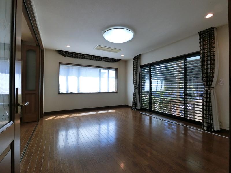 リビング大きな出窓に開口部の広い窓