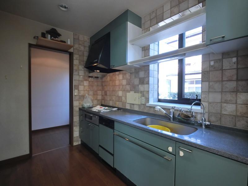 キッチンにも大きめの窓があるのでとても明るいですね