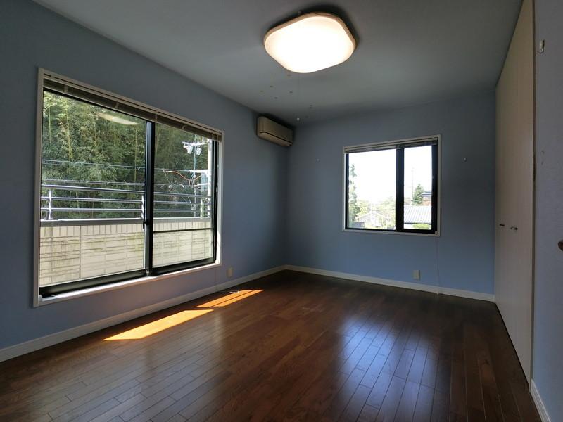 壁の色が違う落ち着いた雰囲気の洋室です