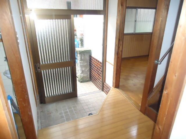 お掃除簡単なタイル張りの玄関です