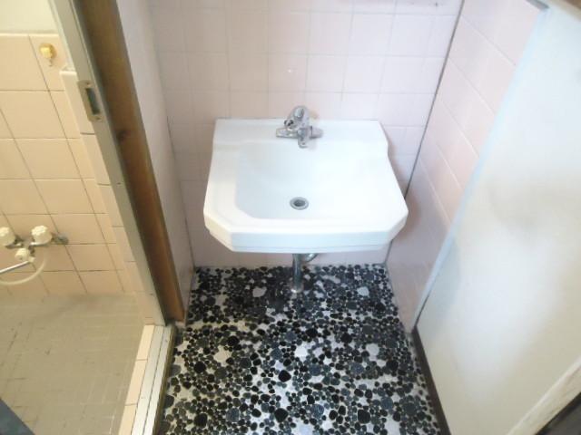 お風呂の横に洗面所がございます。