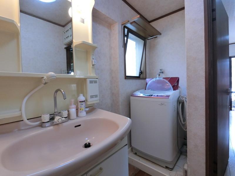 【洗面所】朝の身支度、シャワー付き洗面台は便利です。