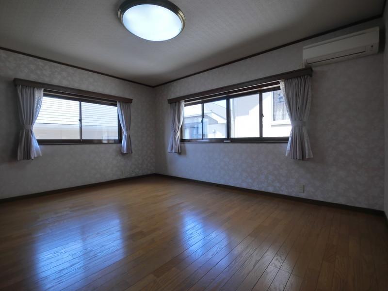 【2階洋室(10帖)】広々10帖の洋室。ご兄弟のお部屋に?書斎に?寝室に?