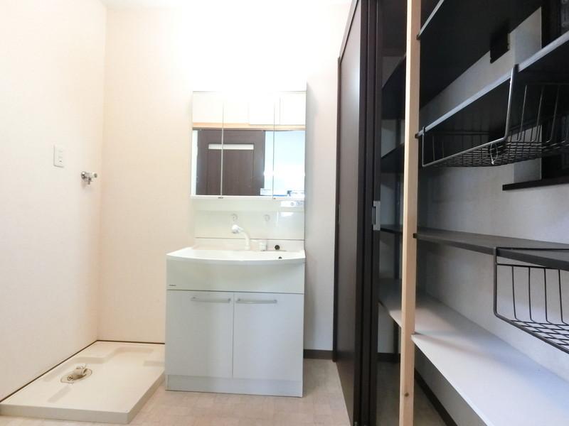 ■収納力抜群の大型収納が魅力■シャンプーや手洗い洗濯などをスムーズに行うことができるシャワー付き洗面化粧台