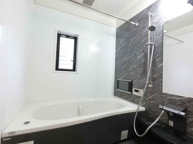 追いだき機能付 浴室換気暖房乾燥機付■空気もこもらずいつもクリーンな浴室乾燥機付■追い焚き機能が付きのオートバスで水の節水にもなる嬉しい機能
