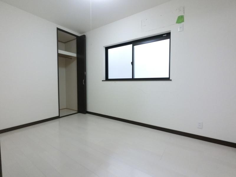 洋室5帖南向きのお部屋です。全居室収納付きです。お子様のお部屋や、寝室、書斎として。