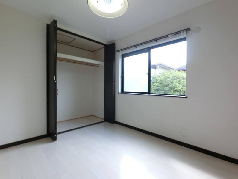 洋室5.2帖落ち着いた雰囲気のお部屋です。クローゼットにはたくさんお洋服が掛けられそうです♪