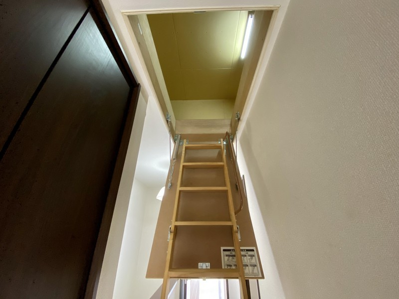 屋根裏収納■季節家電やアウトドア用品などかさばるものの収納に便利な屋根裏収納