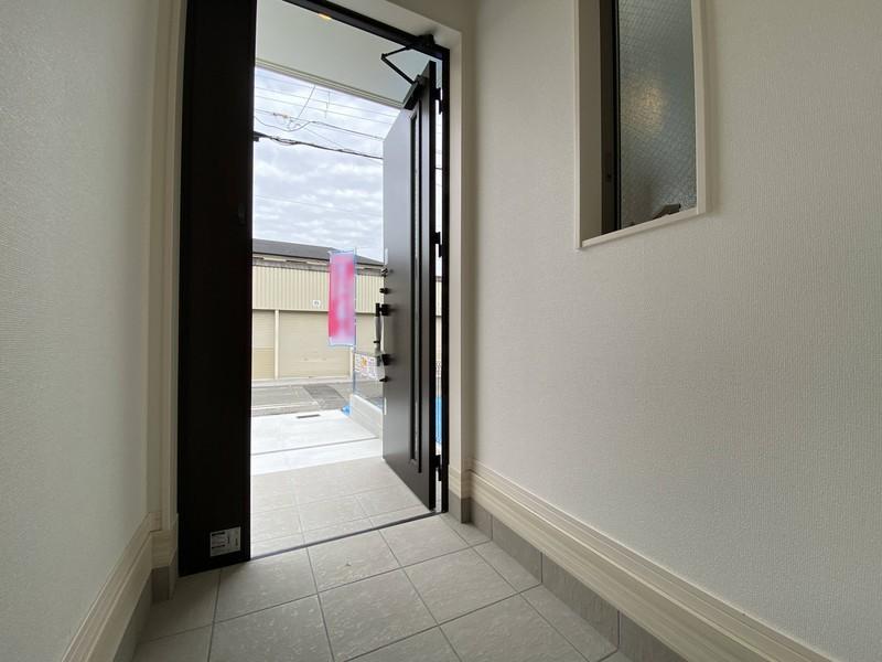 【玄関】玄関は家の顔玄関土間が広いと、空間の広がりが見えてイイですね