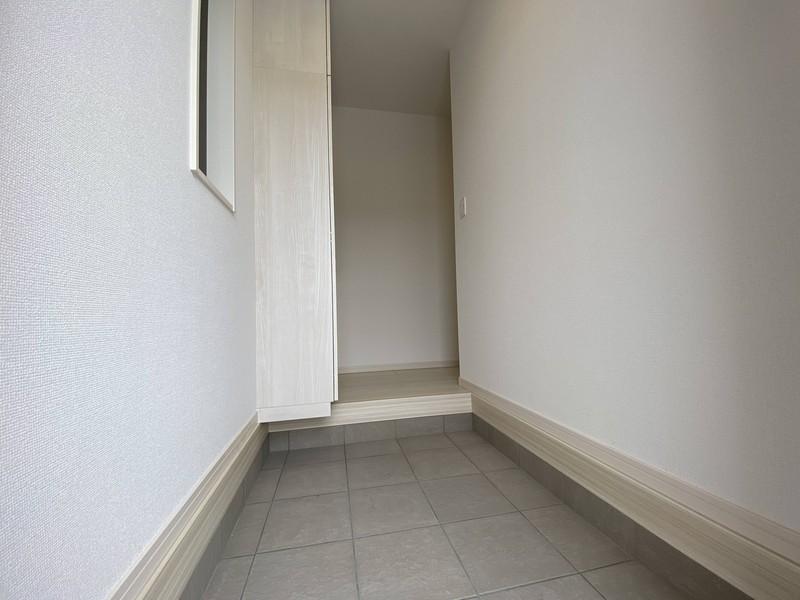 【玄関】出来るだけ段差を無くした玄関住んでみて、意外と気になるのが、玄関の段差ナンです。でも、ご安心下さいこのお家の段差は、とても少ないです