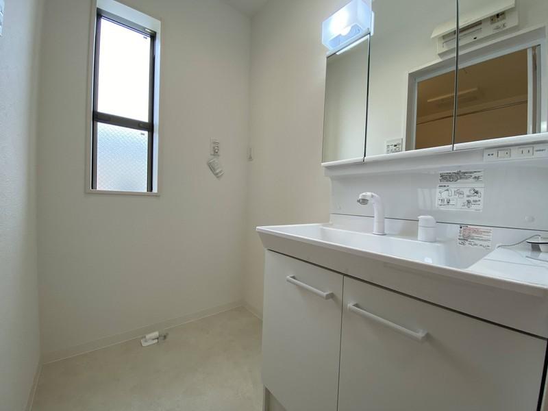 【洗面室】収納力豊富な洗面化粧台で、スッキリ収納出来て、洗面室が散らかりません。