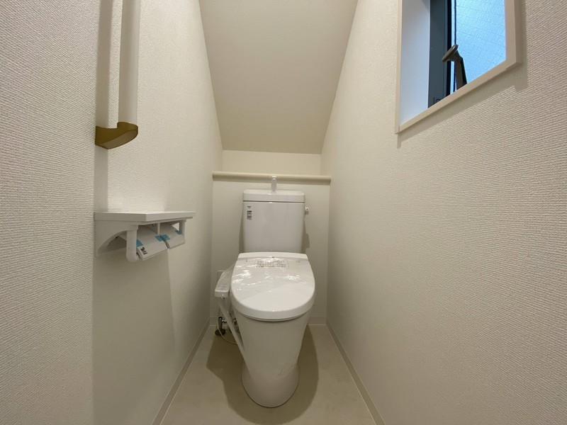 【1階トイレ】爽やかな男のやすらぎ空間快適な温水洗浄便座付きです。