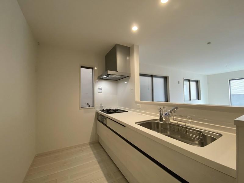 【キッチン】吊戸棚を無くすことで、空間の広がりが出て開放的なキッチンに♪