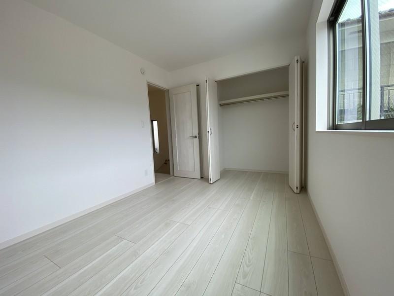 【洋室(6帖)】収納もしっかり♪お部屋がすっきりかたづきますね。
