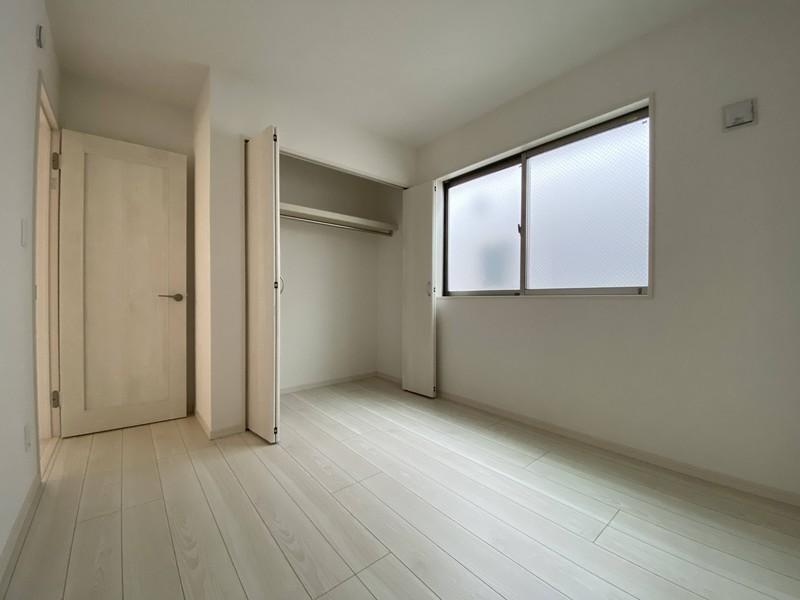 【洋室(5.25帖)】各居室に収納付きですお洋服や小物もたっぷり収納できますよ♪