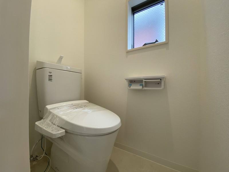 【2階トイレ】男のやすらぎ空間Part22階のトイレは階段を降りなくてもいいので、ご高齢の方や小さなお子さまにも便利です。