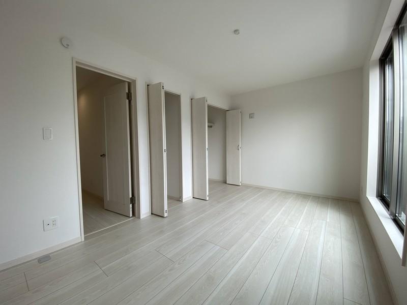 【バルコニーに面する洋室(7.5帖)】主寝室は、チョット広めクローゼットも付いています!