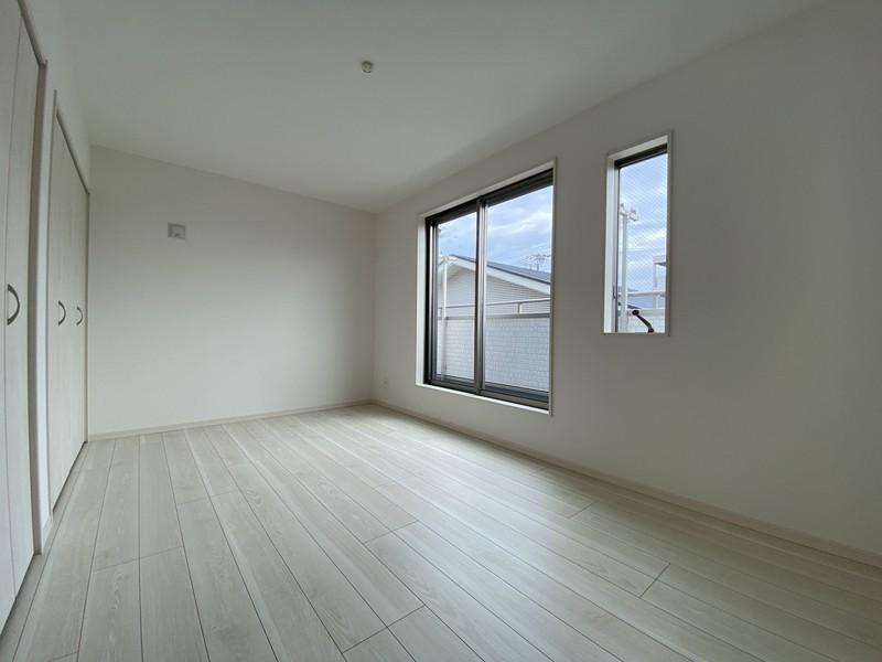 【バルコニーに面する洋室(7.5帖)】バルコニーから日差しがたっぷり差し込む、明るいお部屋です♪
