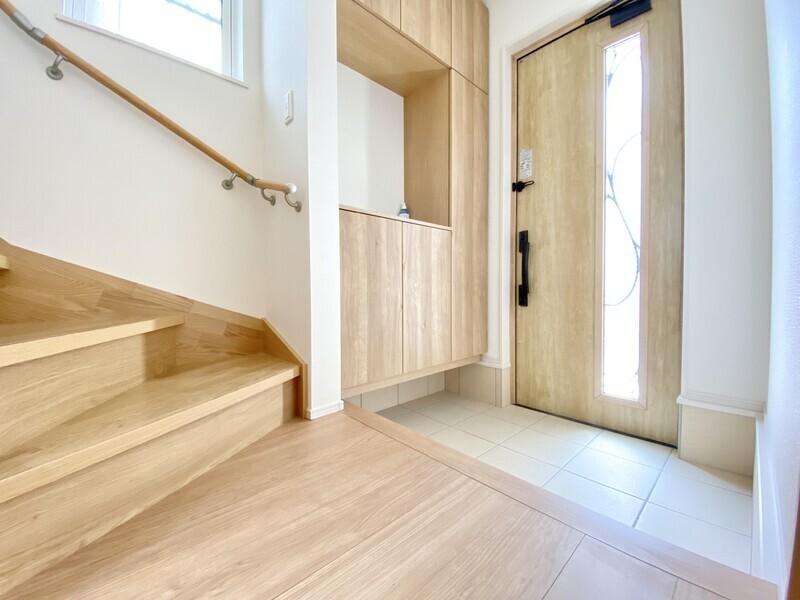 【玄関ホール】木のぬくもりが嬉しい玄関ホール♪真鍮で防犯対策された玄関扉の窓からは明るい光が差し込んでいます♪