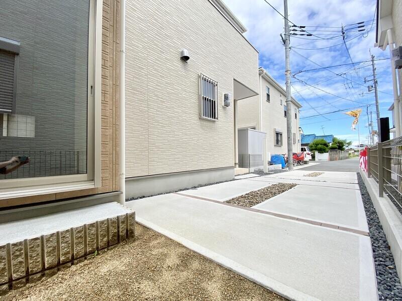 【駐車場】お庭から続く駐車場にはおクルマ2台駐車可能です♪前面道路から少し奥に入った落ち着いて生活できるお住まいです♪