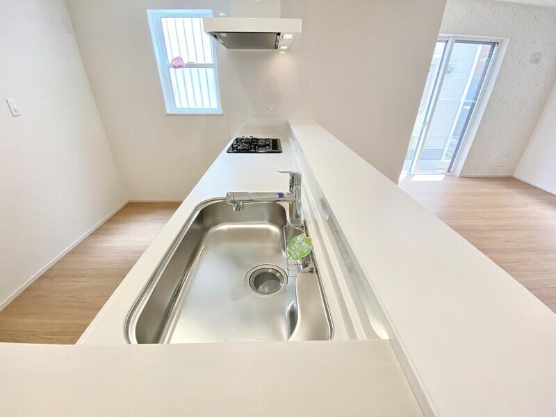 【浄水器一体式蛇口】浄水器付きです♪蛇口はホース内臓でシンク掃除もラクラクです♪