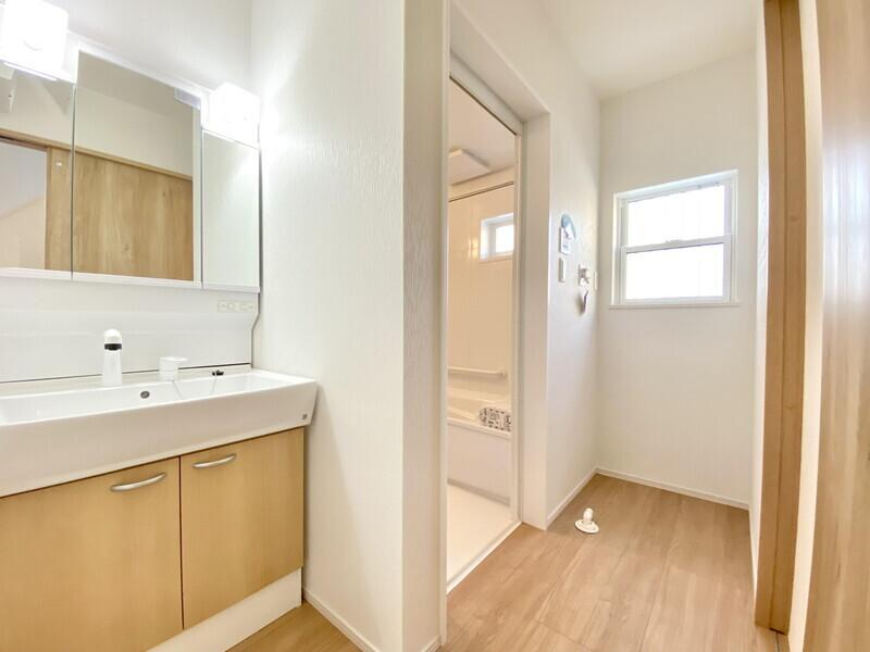 【洗面ルーム】一日に何度も利用する洗面所。ドレッサーを床や壁と同じ自然色で統一することにより落ち着いた空間を演出しています♪