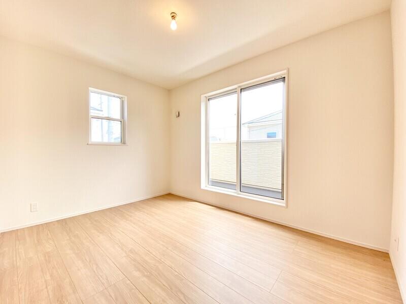 【洋室6.5帖】バルコニーに面した2階洋室です。二面採光の明るいお部屋♪シンプルな室内はどんなインテリアも映えますよ♪