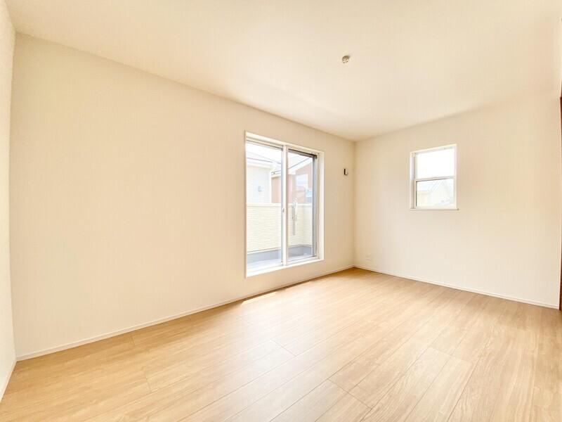 【洋室8.0帖】バルコニーに面した2階洋室です。二面採光の明るいお部屋♪シンプルな室内はどんなインテリアも映えますよ♪
