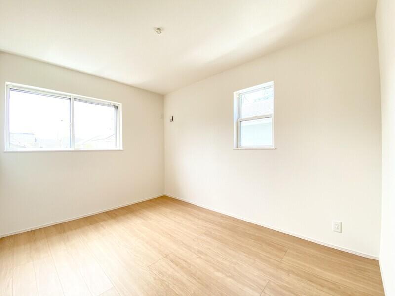 【洋室6.0帖】二面採光の明るいお部屋♪シンプルな室内はどんなインテリアも映えますよ♪