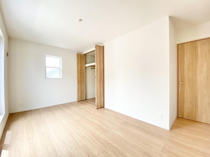 【洋室8.0帖】ナチュラルテイストのフロアとドアが一体化した素敵な空間♪収納スペースもしっかり用意してあります♪
