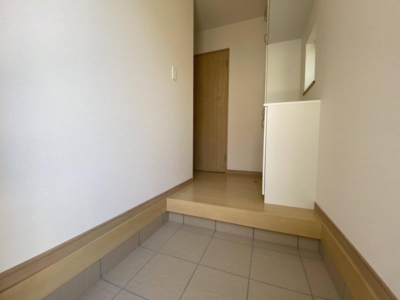 【玄関】玄関は段差が少なく、小さなお子様やご年配の方に優しい造りです。大型の玄関収納があるので、玄関はいつもすっきり♪