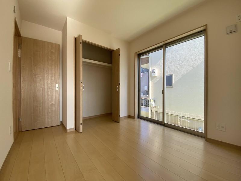 【1階洋室(4.5帖)】玄関入ってすぐの洋室は客間としても使えます。LDKからも出入りできるので便利ですね♪