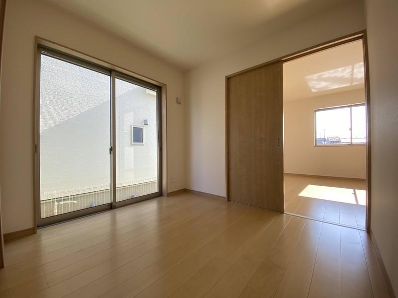 【1階洋室(4.5帖)】大きな窓から光が差し込む明るいお部屋です