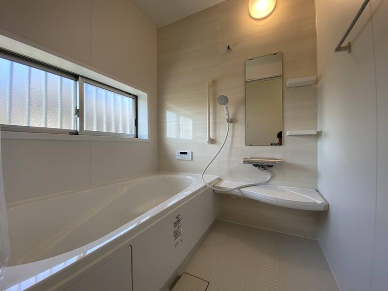 【浴室】白を基調とした清潔感あふれるバスルーム。ゆっくりお湯に浸かって、今日も一日お疲れ様でした!