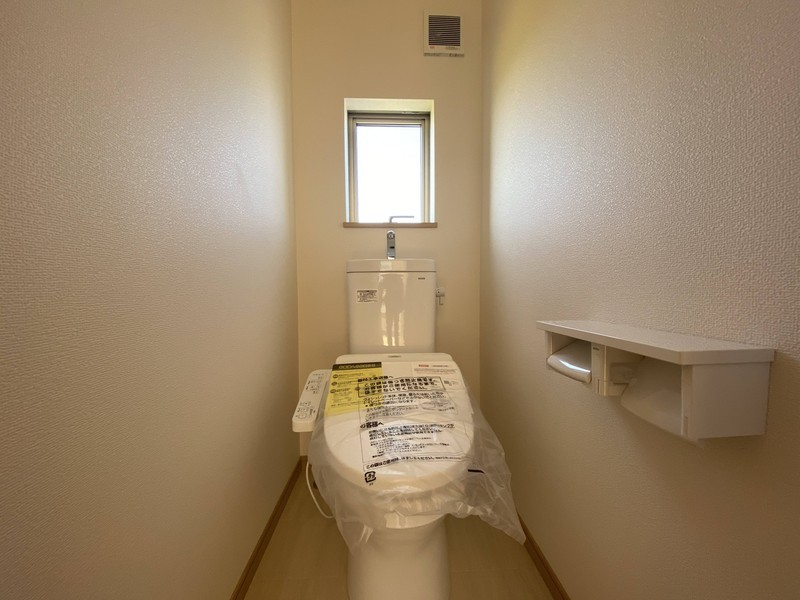 【2階トイレ】2階にもトイレ有り。階段を降りなくてもいいので、ご年配の方や小さなお子さまにも便利です♪