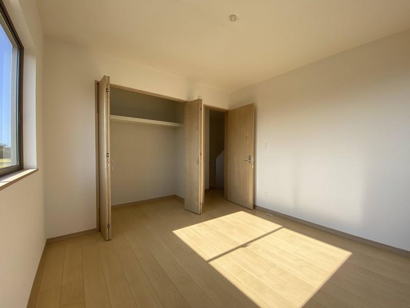 【バルコニーに面する洋室(6.12帖)】全居室に収納がついています!お洋服もたっぷり収納できますよ♪