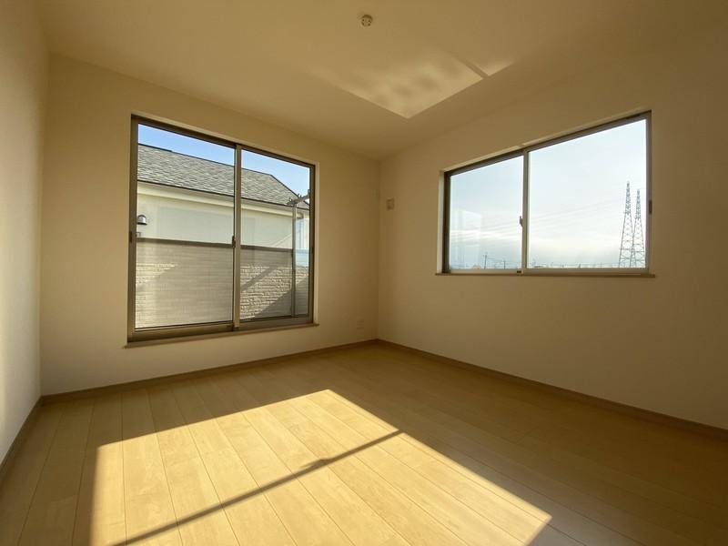 【バルコニーに面する洋室(6.12帖】大きな窓のついた明るいお部屋です♪