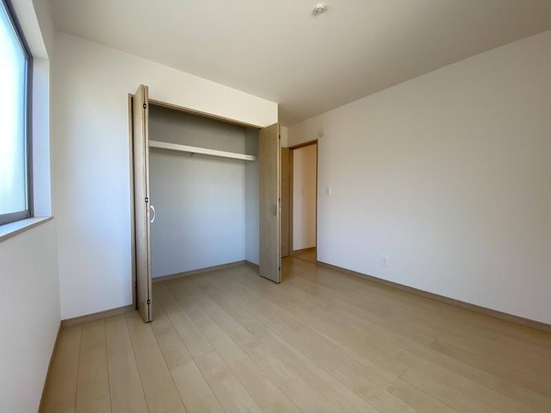 【2階洋室(6.06帖)】大きなクローゼットがあるので、お子様もお片付け上手になれそうです♪